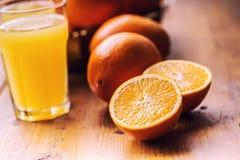 klipp apelsiner Pressande orange manuell metod Apelsiner och skivade apelsiner med fruktsaft och pressen Arkivfoton