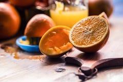 klipp apelsiner Pressande orange manuell metod Apelsiner och skivade apelsiner med fruktsaft och pressen Royaltyfria Bilder