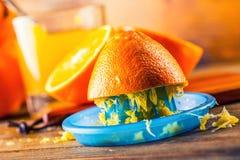 klipp apelsiner Pressande orange manuell metod Apelsiner och skivade apelsiner med fruktsaft och pressen Royaltyfri Foto