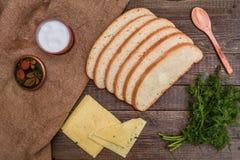 Klipp bröd, ost och fänkål på en trätabell Arkivfoton