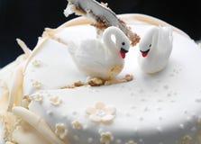 Klipp bröllopstårtan Arkivfoto