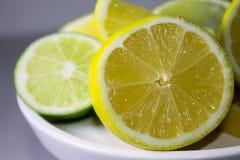 Klipp citroner och limefrukter Royaltyfri Bild