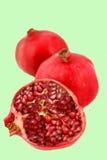 klipp den half pomegranaten arkivfoto
