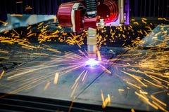 Klipp för CNC-laser-plasma av metall, modern industriell teknologi arkivfoto