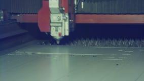 Klipp för laser-klippmaskin ett stort metallark stock video
