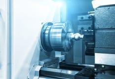 Klipp för vändande maskin för CNC-drejbänkmaskin delen för metallskruvtråd Hög-precision CNC som bearbetar med maskin begrepp Royaltyfri Bild