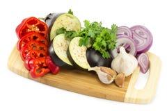 Klipp grönsaker på brädet Royaltyfri Fotografi