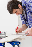 klipp handymanhemförbättringtegelplattan Royaltyfri Bild