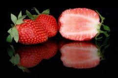 Klipp jordgubbar i reflexion royaltyfria foton