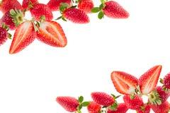 Klipp jordgubben på en vit bakgrund isolerat Skivad jordgubbe på jordgubbebakgrund En ljus radda, är nya bär av en jordgubbe Makr Arkivfoton