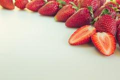 Klipp jordgubben på en vit bakgrund Skivad jordgubbe på jordgubbebakgrund En ljus radda, är nya bär av en jordgubbe Makro textur  Royaltyfria Foton
