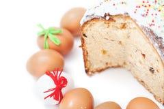 Klipp kakan och numret av påskägg på vit bakgrund arkivfoton