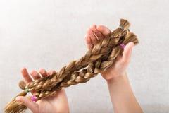 Klipp långt hår som donation för cancervälgörenhet royaltyfria foton