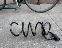 Klipp låset för kabel för den cykelanti--stölden spiralen royaltyfri bild
