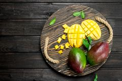 Klipp mango på ett magasin arkivbild