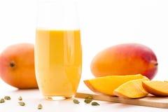 Klipp mangostycken, Cardamon och fruktskakan Arkivfoton