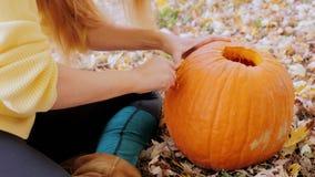 Klipp modellen på pumpan halloween förbereda sig lager videofilmer