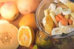 Klipp nytt frukt och grönsaker i en blandare Arkivbild