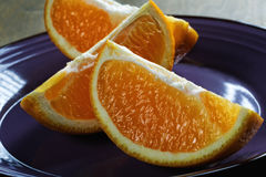 Klipp orange skivor på en platta Arkivfoto
