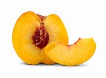 Klipp persikan med skivan Arkivbild