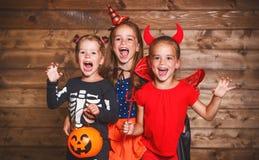 klipp pumpa för personen för halloween ferie ut Roliga gruppbarn i karnevaldräkter arkivfoto