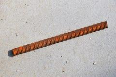 Klipp stycket av anfrätt nedfläckad rostig metallarmaturmontering Fotografering för Bildbyråer