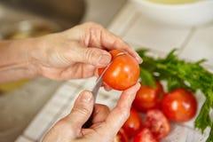 klipp tomaten Fotografering för Bildbyråer