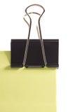 Klipp und grüne Haftnotiz lokalisiert auf weißem Hintergrund Stockfotografie