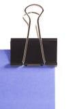 Klipp und purpurrote Haftnotiz auf weißem Hintergrund stockfotos