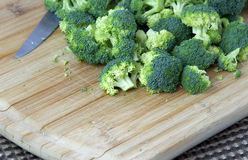 Klipp upp broccoli på ett träbräde Royaltyfri Bild