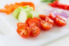 Klipp upp mycket små tomater Arkivfoto