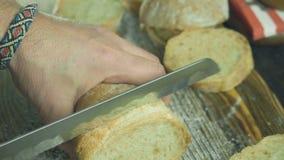 Klipp upp skivan av bröd i ultrarapid, slut arkivfilmer