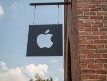 Klipp ut den Apple logoen och underteckna förutom Williamsburg, NY-läge royaltyfri bild