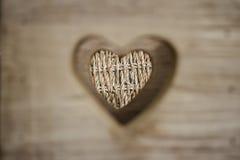 Klipp ut hjärtaform på wood bakgrund Royaltyfri Foto