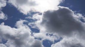 Klipp von weißen flaumigen Wolken über blauem Himmel stock video