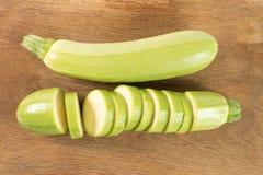 Klipp zucchinier på en träbakgrund royaltyfri bild