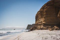 Klippa över Stilla havet Paracas Peru arkivbild