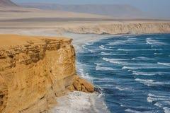 Klippa över Stilla havet Paracas Peru arkivbilder
