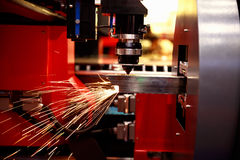 Klippa av arkmetall Gnistor flyger från laser vid automatisk klippCNC, PLC-maskin fotografering för bildbyråer