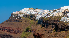 Klippa av den Santorini ön och traditionell arkitektur Royaltyfri Bild