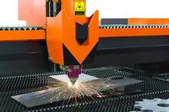 Klippa av processen för arkmetall Gnistafluga från laser vid automatrestaurangen Royaltyfria Bilder
