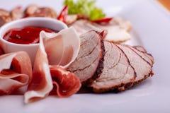 Klippa bacon, korven, prosciuttoen och kurerat kött på en celebratory tabell arkivbilder