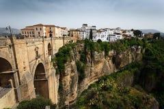 Klippa, bro och stadsTajo klyfta på Ronda, Spanien Arkivfoto