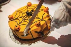 Klippa den halloween kakan dekorerade med pumpor, spindeln och rengöringsduk royaltyfri bild