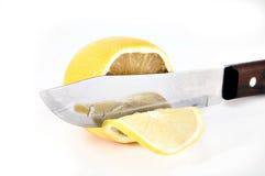 klippa den saftiga knivcitronen arkivbild