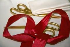 klippa det röda bandet Guld- sax och rött band för den storslagna öppningen, presentation Tejpa och sax arkivbild
