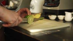 Klippa en limefrukt i ett kafé lager videofilmer
