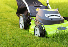 klippa gräsklippningsmaskinen för gräslawnman arkivbilder
