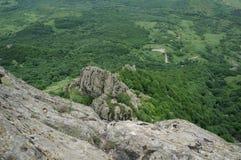 Klippa i bergen Arkivbild