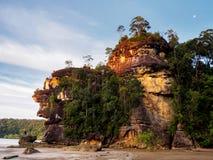 Klippa i den Bako nationalparken på Borneo, Malaysia under solnedgång Arkivbilder